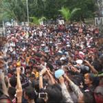 VIDEO : Desak Kapolda Copot Kapolres Kendari, Demonstan Bentrok Petugas