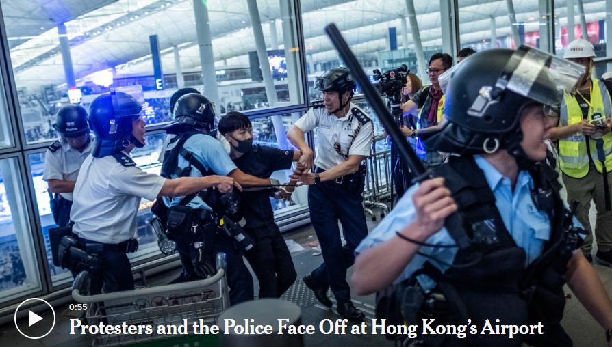 Polisi Bentrok Dengan Pengunjuk Rasa di Bandara Hong Kong