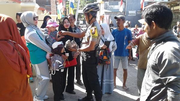 Dekatkan Diri Dengan Anak, Kapolsek Bajeng Bagikan Permen ke Peserta Karnaval Tingkat TK di Kec. Bajeng