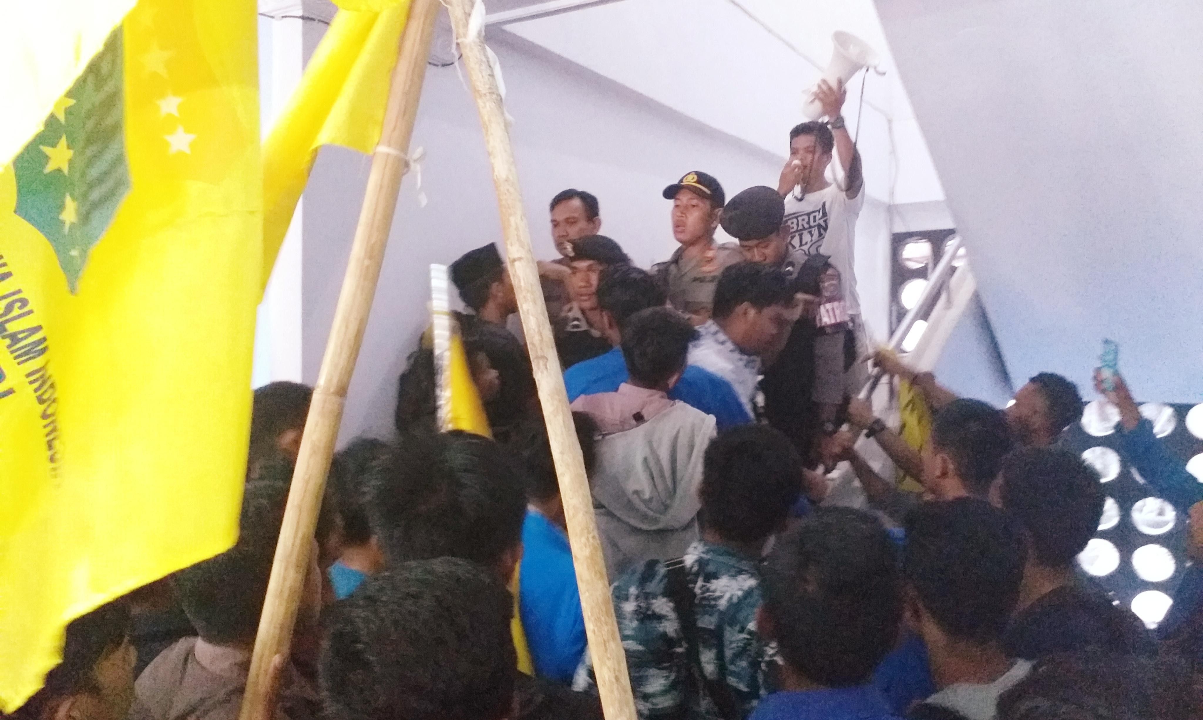 Demo PMII Sultra Memanas, Ruang Kerja DPRD di Geledah