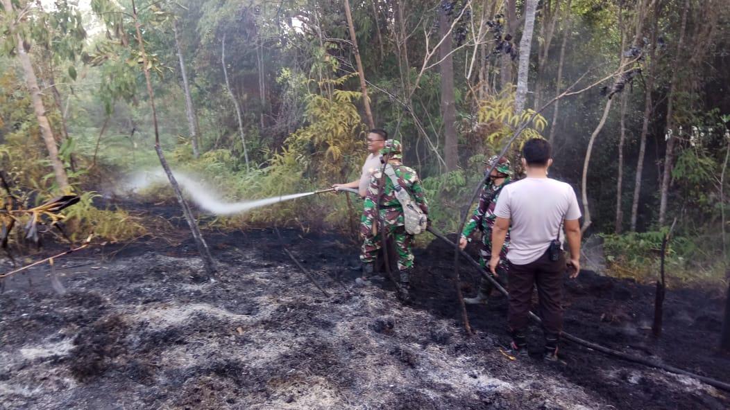 Sinergitas TNI-Polri Bantu Masyarakat Padamkan Api