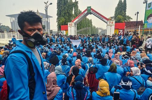 Kabut Asap menyebabkan penutupan sekolah di dua kota di Kalimantan