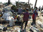Pasca Kebakaran TPA Cadika, Polsek Bajeng Bagikan Masker ke Warga