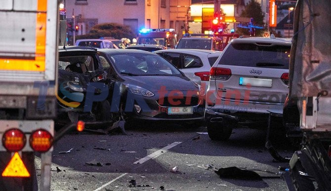 Truk curian menabrak mobil di Jerman