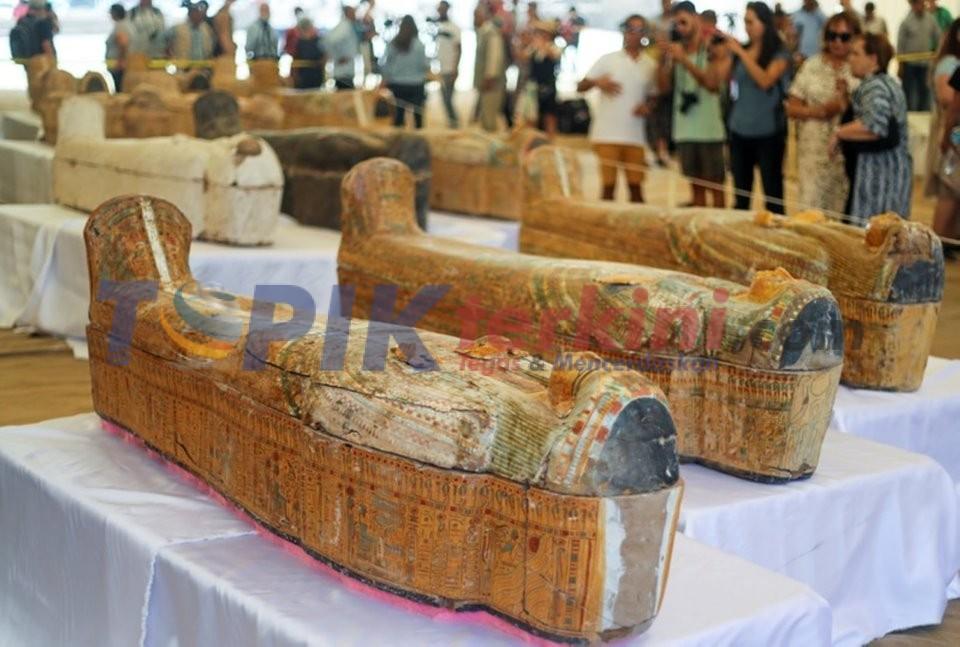 Mesir meluncurkan peti mati kuno temuan terbesar lebih dari seabad