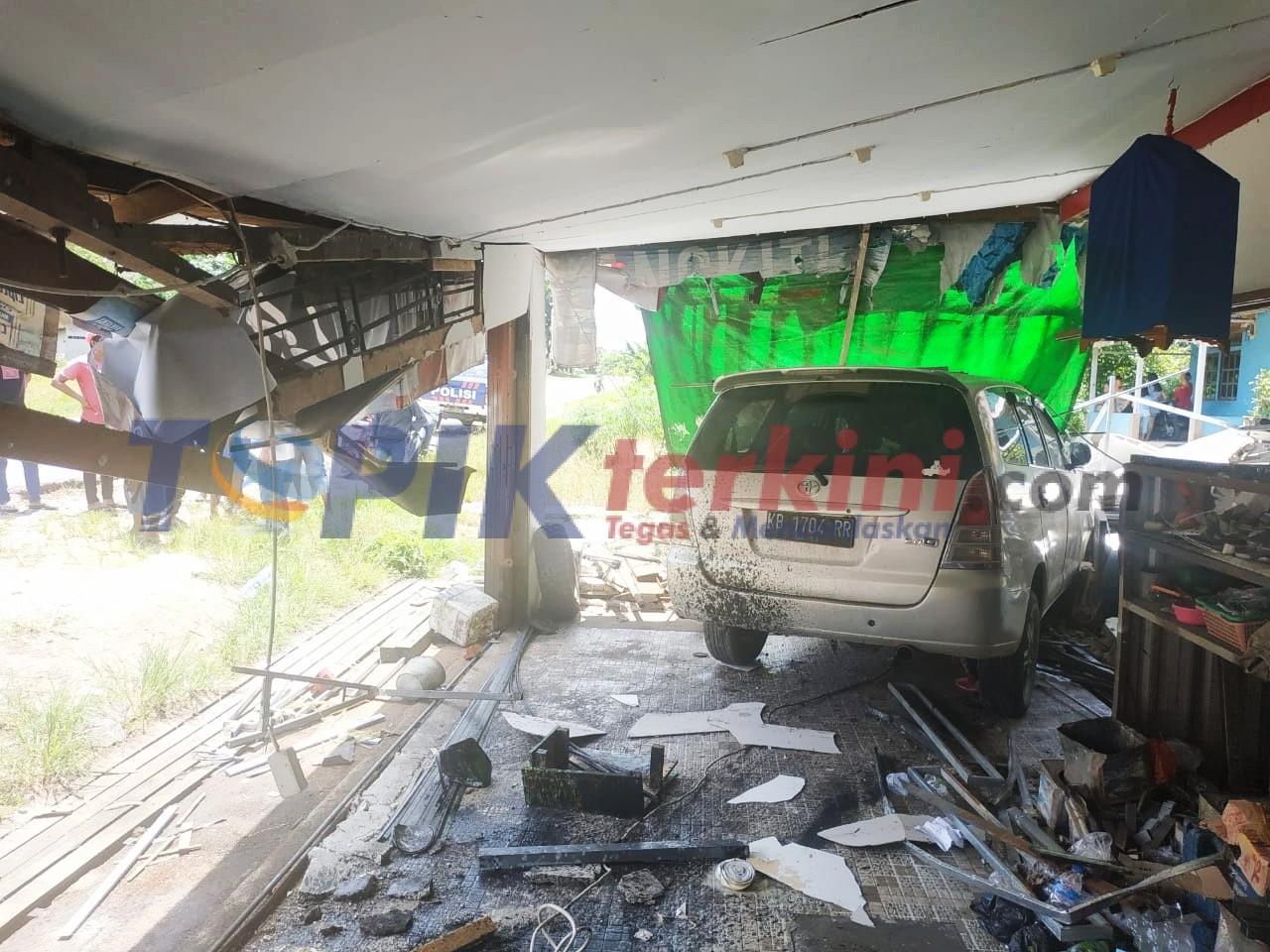 Mobil Tabrak Rumah Anggota Polisi di Sekadau, Satu Orang Pekerja Tewas