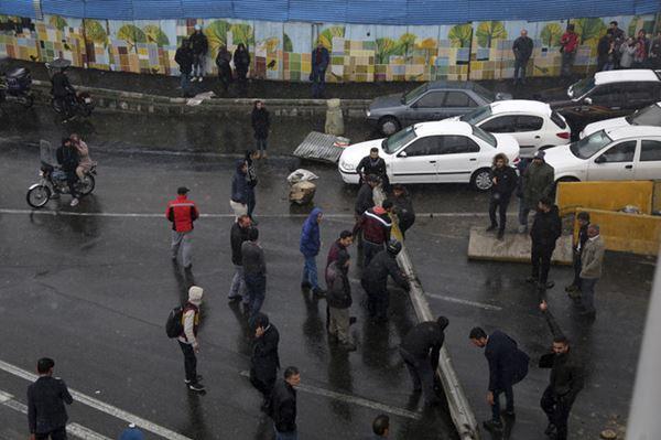 Polisi Iran tewas Saat Bentrok dengan Demonstran