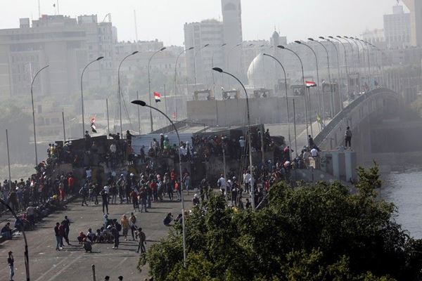 Pengunjuk rasa mengambil kembali bagian jembatan di Baghdad tengah
