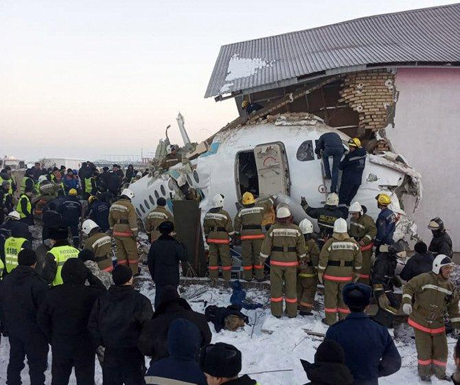 Pesawat dengan 100 penumpang jatuh dan menabrak bangunan 2 laintai