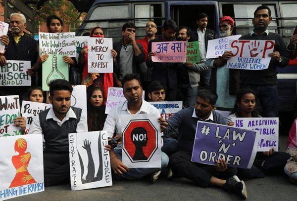 Demonstran India menuntut keadilan atas pemerkosaan dan pembunuhan dokter hewan