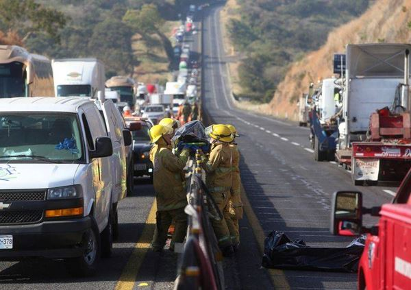 Usai Tabrakan, Sebuah Mobil terbakar dan menewaskan 14 Orang