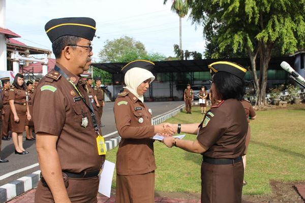 Wakajati Sulut berikan penghargaan kepada Jaksa dan Pegawai teladan