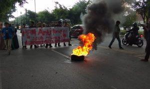 Hari Anti Korupsi, Hipermata Komisariat Unismuh Unjuk Rasa di Depan Kantor Bupati Takalar