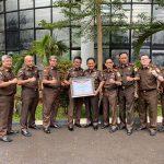 Wakil Kejaksaan Agung RI berikan Piagam Penghargaan Kepada Kajati Sulut, Kajari Tomohon dan Kajari Kepulauan Sangihe