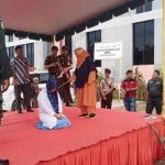 Pasangan Mesum di Aceh Pingsan saat menerima 100 kali Hukuman Cambuk