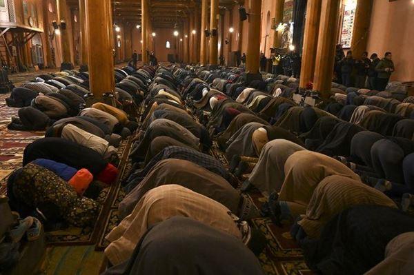 Sholat Jumat pertama di Masjid Agung bersejarah Kashmir setelah empat bulan