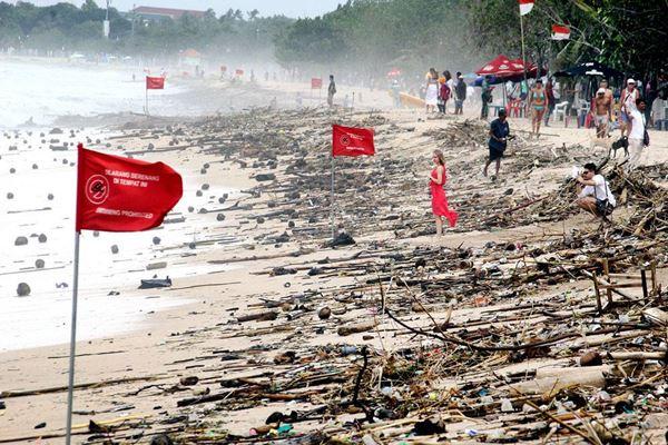 18 Ton sampah dikumpulkan selama pembersihan di pantai Kuta Bali