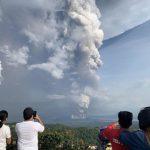 Gunung berapi kecil mengeluarkan asap dan abu, penduduk desa melarikan diri