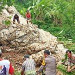 Bersama Warga, Polisi Kembali Turun Kerja Bakti Bersihkan Material Longsor di Malimbong Balepe