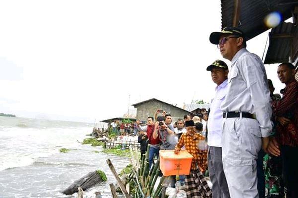 Gubernur Sulsel Kunjungi Rumah Warga Terdampak Abrasi, Kepala BPBD Takalar Sampaikan Ini