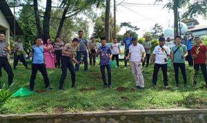 Wujudkan Malino Kota Bunga, Kapolsek Tinggimoncong Edukasi Warga Tanam Pohon Tabebuya