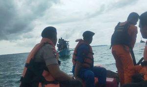 Tim SAR Gabungan Berhasil Mengevakuasi 5 Nelayan yang Perahunya Rusak menghantam karang di Prairan Bone