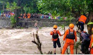 Aksi Heroik Anggota Brimob Selamatkan Warga Terjebak Banjir di Barru