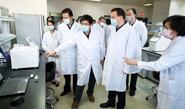 China melaporkan 304 kematian akibat virus korona dan memecat pejabat karena pekerjaan yang buruk
