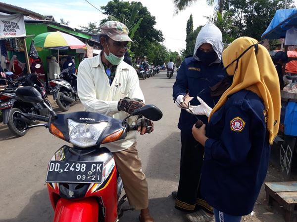 Cegah Penyebaran COVID-19, Karang Taruna Desa Barana bagikan Masker dan Sosialisa Keliling