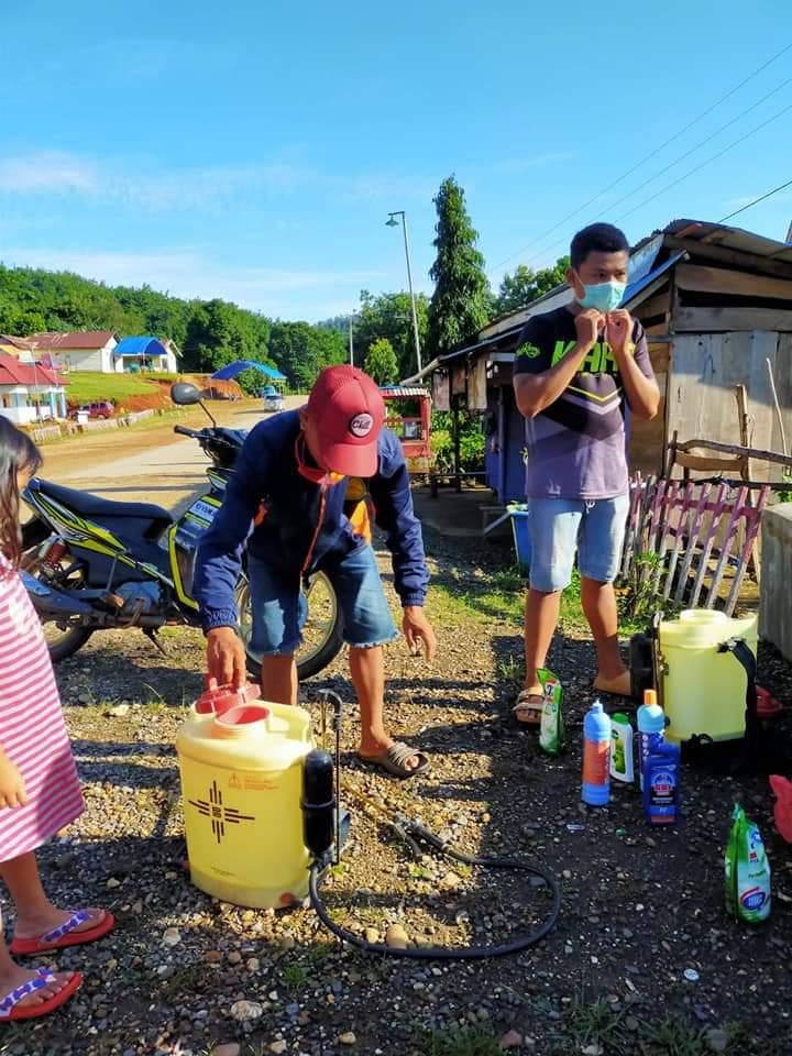 Peduli Kesehatan Dunia, Kades Wunduhaka Lakukan Penyemprotan Desinfektan
