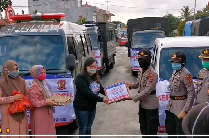 "CAKRAWALAINFO.COM - BONE | Secara serentak melaksanakan kegiatan gerakan bhakti sosial bersatu melawan Covid-19 di seluruh jajaran Polda maupun Polres se-indonesia (21/04/2020). Kegiatan tersebut merupakan bentuk kepedulian Polri dalam upaya meringankan beban ekonomi masyarakat yang terdampak virus covid-19.  Kapolres Bone Akbp I Made Ary Pradana, S.IK.,M.H., mengerahkan seluruh personil di Polres Bone dan Polsek Jajaran untuk turut serta membagikan sembako kepada warga yang kurang mampu dan terdampak covid-19.  Dalam proses pendistribusian sembako tersebut, Kapolres Bone membagi 3 (tiga) zona wilayah untuk Kota Bone yaitu Kecamatan Tanete Riattang, Kecamatan Tanete Riattang Timur dan Kecamatan Tanete Riattang Barat yang di pimpin oleh masing-masing padal. Untuk pendistribusian sembako di wilayah polsek jajaran di pimpin langsung oleh Para Kapolsek.  Sebanyak 300 paket sembako yang tersebar di ketiga zona wilayah tersebut yang terdiri dari Beras, Telur, Gula, Minyak, kecap, saus, dan mie instan  ""Pembagian paket sembako ini tentunya merupakan bentuk kepedulian kami kepada masyarakat yang terkena dampak pandemi virus covid-19. Meskipun masih dalam jumlah yang terbatas, kami berharap bisa memberi manfaat dan dapat meringankan beban perekonomian masyarakat yang terdampak"", ungkap Made Ary  Selain pembagian sembako, juga dilakukan sosialisasi agar masyarakat mematuhi himbauan pemerintah untuk tetap stay at home kecuali ada keperluan mendesak guna memutus rantai penyebaran virus covid-19  Laporan: Ani Hammer"