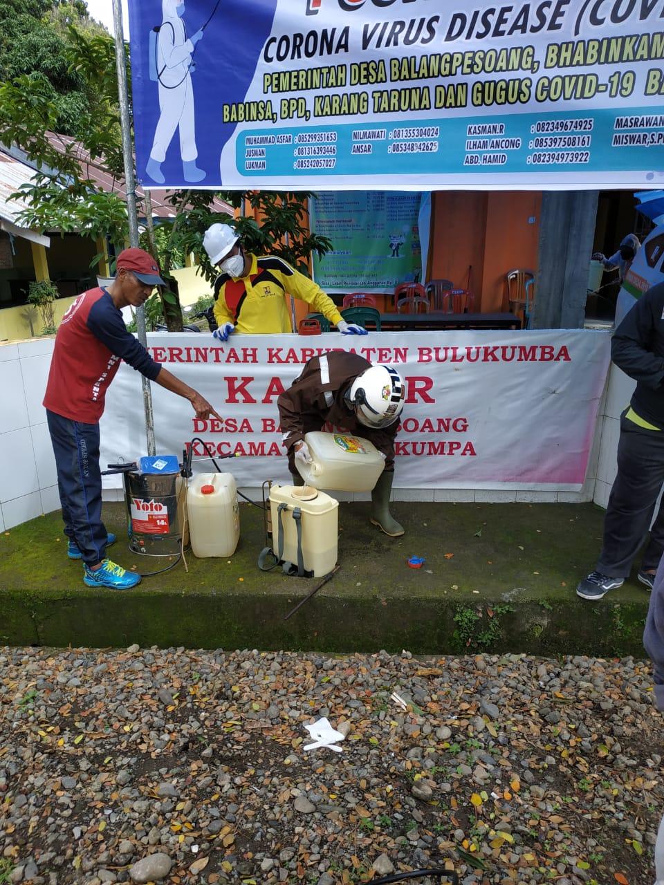 Patut di Apresiasi, Kepala Desa Balampesoang Terpilih Antusias lakukan penyemprotan Desinfektan