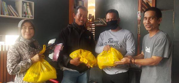 Anggota DPR-RI Bagikan Paket Sembako kepada sejumlah Wartawan di Bone