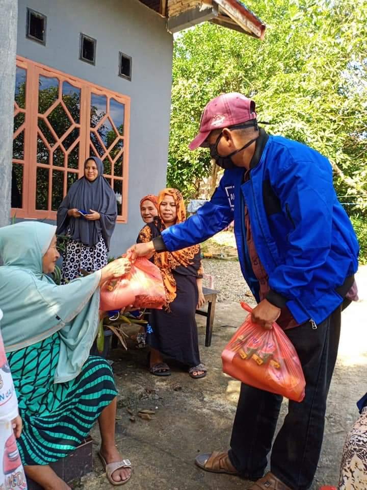 Anggota DPRD Partai Demokrat Memberikan Bantuan Sembako di Sejumlah Titik di Kecamatan Bulukumpa
