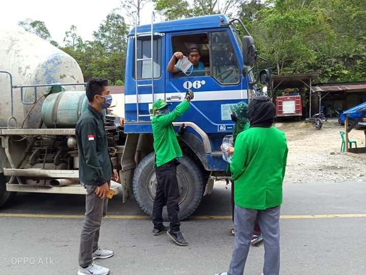 Mahasiswa KKN Unimal bagikan Masker Gratis Kepada pengguna jalan di Pakpak Bharat