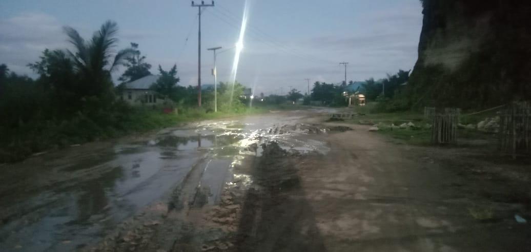 Ruas Jalan Becek Desa Nurweda Menuju Wedana Butuh Perhatian