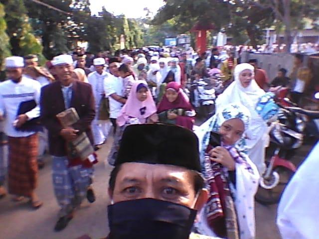 Pelaksanaan Sholat Idul Fitri di Masjid Jami Desa Lentu Berdeak-desakan
