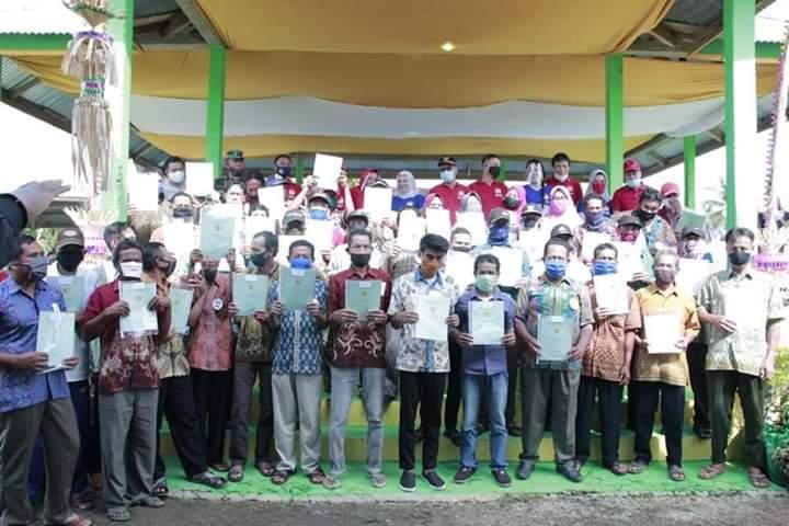 Peringati Harganas ke 27, Bupati Konsel Serahkan 518 Sertifikat Tanah Gratis dan sejumlah Bantuan Lainnya