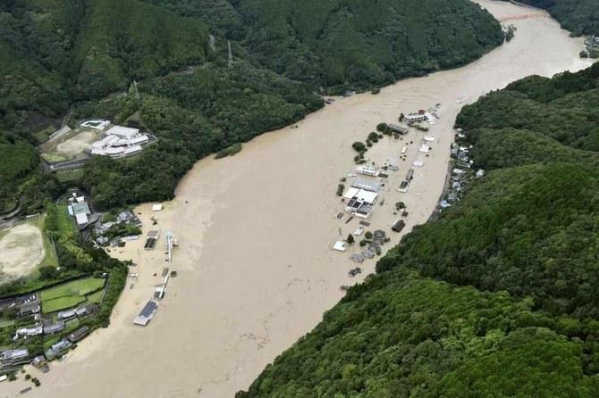 Pemandangan udara ini menunjukkan Sungai Kuma dibanjiri hujan lebat di Yatsushiro, perfektur Kumamoto, Jepang barat daya, pada hari Sabtu. (Berita Kyodo via AP)