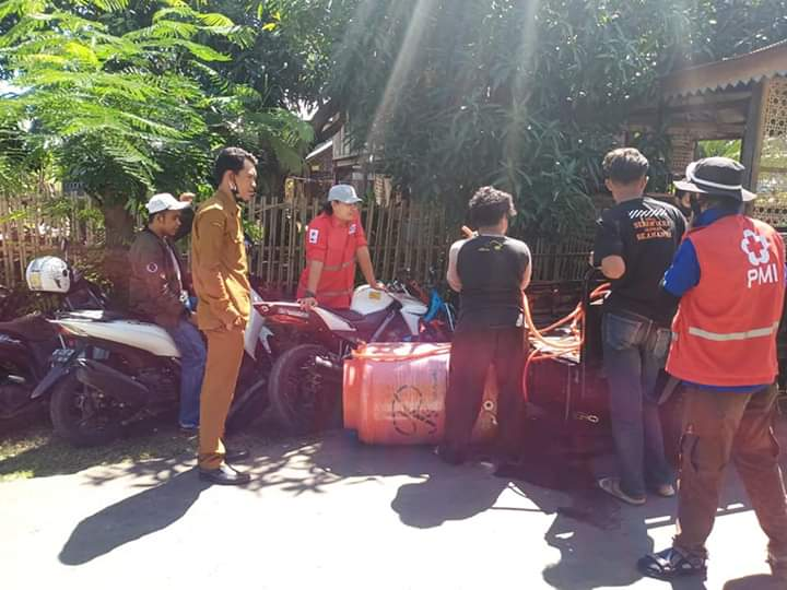 Cegah Penularan Covid-19, Pemerintah Desa Maero Bersama PMI Lakukan Penyemprotan Desinfektan Masal