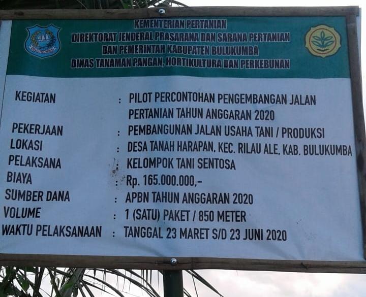 Pembangunan jalan usaha tani tidak sesuai rencana awal, Warga tutup jalan dan di tanami pohon pisang