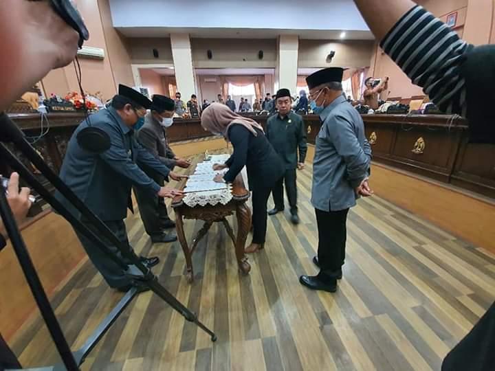8 Fraksi DPRD Jeneponto Sahkan Ranperda LKPJ Pelaksanaan APBD TA 2019 Jadi Perda