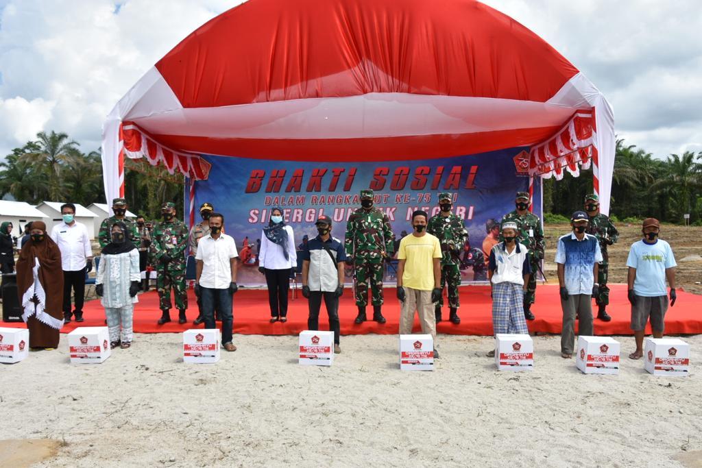 Gelar Baksos Dalam Rangka HUT Ke - 75, TNI Bagikan 4000 Paket Sembako di Masamba