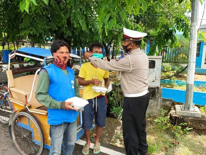 Hari ke 5 Operasi ZEBRA, Giat Simpati Satuan Lantas Polres Sinjai Bagi-Bagi Nasi Kotak