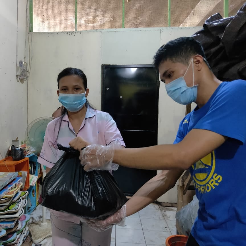 Bakti Sosial, Komunitas Dinding Manado Bagikan masker, hand sanitizer dan Sembako di Pasar Bersehati