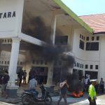 Tolak Alfamidi, Solidaritas Pedagang Bersama KPM KONUT Bakar Ban di Kantor DPRD