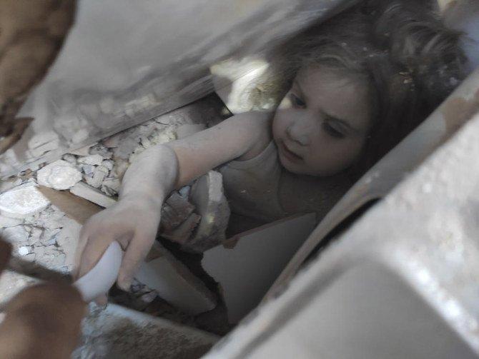 Tim penyelamat Turki menarik anak gadis dari puing-puing 4 hari setelah gempa