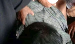 "Topikterkini.com-Jeneponto- Pria Pekerja Sumur Bor di Dusun Tamalatea Kecamatan Tamalatea Jeneponto, Nyawanya tak tertolong lagi, setelah tersengat listrik tegangan tinggi pukul 10.00 wita, korban menghembuskan napas terakhirnya 11.23 wita, di Puskesmas Tamalatea, 4/12/2020. Diketahui, korbah bernama Firman bin Borahima (42), penduduk kampung Panaikan Desa Balumbungan Kecamatan Bontoramba Kabupaten Jeneponto. Plt Kasubag Humas Polres Jeneponto, AKP Syahrul Regama, melalui keterangan tertulisnya kepada media ini, membenarkan kejadian tersebut. Syahrul menjelaskan, bahwa musibah yang menimpah korban tersebut, saat dia hendak melubangi pipa casing sumur bor dengan menggunakan bor listrik tangan dihalaman rumah Syarif Dg Ngewa. ""Tak disangka tersengat listrik dan korban pun langsung terpental jauh ke udara dan mengenai pot bunga di TKP"", jelasnya. Disaat kejadian tersebut, kata Syahrul, warga langsung membawa korban ke Puskesmas Tamalatea untuk mendapatkan pertolongan medis, namun pada saat dilakukan proses perawatan, korban meninggal dunia. ""Selanjutnya korban pun dibawah kerumah duka untuk disemayamkan di kampung panaikang, Desa. Balumbungang, Kec.Bontoramba, Kab.Jeneponto. "" Ungkapnya. Laporan: Nasrullah"