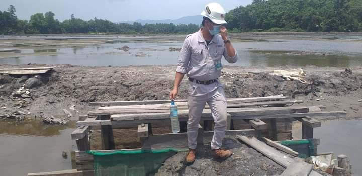 Foto : KTT Saat Pengambilan Sample Air Tambak