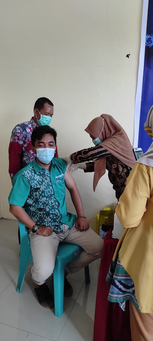 Sejumlah Nakes di Puskesmas Tolo di Vaksin, dr. Erwin Pratama : Masyarakat Jangan Takut di Vaksin